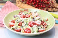 Ein perfektes Essen an einem heißen Sommerabend... 2 Portionen 300 g Hüttenkäse / körniger Frischkäse mit 20% Fett 250 g Kirschtomaten, halbiert oder geviertelt 350 g Landgurke, in dünne Scheiben geschnitten/gehobelt 50 g rote Zwiebel, gehackt 2 EL Dill, frisch oder TK 2 TL Sahne-Meerrettich 1 EL Olivenöl nativ extra