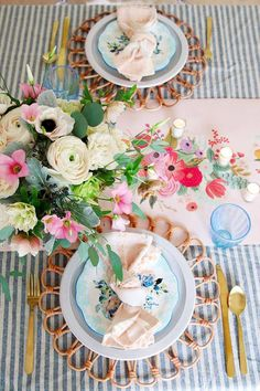 🌟Tante S!fr@ loves this📌🌟Easter Table Setting idea in pink and blue. This spring table is whimsical and classic. Fresh floral centerpiece is showcased on a striped tablecloth and paper runner. Easter Table Settings, Setting Table, Table Setting Inspiration, Beautiful Table Settings, Floral Centerpieces, Easter Centerpiece, Easter Crafts, Easter Decor, Easter Ideas