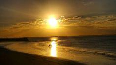 Depois de dirigir quase 1300 km de Townsville a Hervey Bay passando pelo Outback de Queensland é hora de curtir o pôr do sol na praia de Hervey Bay.  Estamos hospedados em um chalé super charmoso no Colonial Village YHA nos preparando para a nossa aventura pela tão esperada Fraser Island.  A Fraser Island é a maior ilha de areia da Austrália na qual só é possível transitar de 44.  Para chegar até lá é preciso pegar a balsa a partir de Hervey Bay. Na ilha não encontraremos opções de  hotéis…