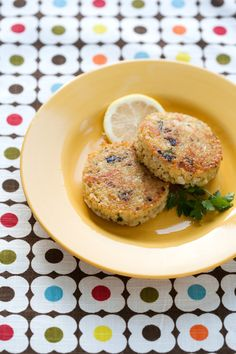 Quinoa Cakes with Lemon, Olive Oil and Parsley from Love and Olive Oil. I love Quinoa and it really is a super food. This is something that I would serve as an appetizer. I Love Food, Good Food, Yummy Food, Tasty, Yummy Yummy, Delish, Quinoa Cake, Cooking Tips, Cooking Recipes