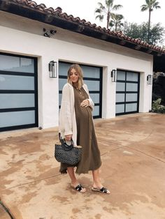 Camilla of Navy Grace shares her top picks for straw handbags and totes perfect for beach days or vacations for straw handbags 2019 Cute Maternity Outfits, Stylish Maternity, Pregnancy Outfits, Maternity Wear, Maternity Fashion, Stylish Pregnancy, Celebrity Maternity Style, Maternity Dresses Summer, Pregnancy Fashion