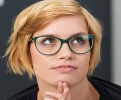 Dunkelgrüne Trapezbrille zu rotblondem Haar und modernem Stil. #WelcheBrillepasstzumir
