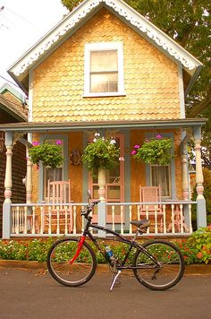 cottage in martha's vineyard.if this sweet little cottage was located on the west coast, I'd be all over it! It is fabulous! Little Cottages, Cabins And Cottages, Little Houses, Tiny Houses, Cute Cottage, Cottage Style, Yellow Cottage, Cottage Living, Cottage Homes