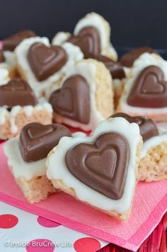 White Chocolate Reese's Krispie Hearts - white chocolate and a peanut butter cup heart make these the best rice krispie treats ever! Make this fun recipe for Valentine's day parties! Jalapeno Popper Dip, Super Bowl Party, Corn Salsa, Rice Krispie Treats, Rice Krispies, Shortbread, Easy Desserts, Dessert Recipes, Easy Snacks