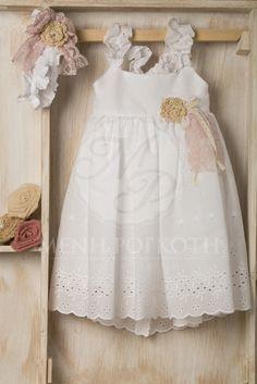Βαπτιστικά ρούχα για κορίτσι της Vanessa Cardu λευκό μπορντερί φόρεμα με πλεκτό λουλουδάκι και τιράντες χιαστή στην πλάτη