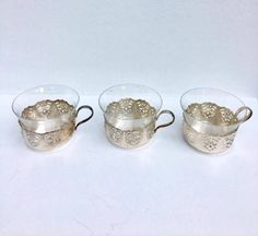 3 very beautiful glass cups and silver plated metal supports. Filter cup, Very refined.  The underside of the glass supports are decorated with Art Nouveau motifs.  The glasses are removable in order to be able to clean the glasses more easily (by hand or dishwasher) Cup glass and metal, cup tea, cup coffee, cup filter, cup old  The whole is in an excellent vintage state, no damage on the glasses. In perfect condition.  These cups can be used for tea and coffee.  8.5 cm D, 5.8 cm H.  In a…