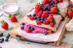 Upean kesäinen marja-pähkinämarenkikakku valmistuu nopeasti ja maistuu taivaalliselta. Käytä sesongin marjoja vaihdellen. Syksyisessä kakussa voit korvata marjat omenoilla. Pancakes, Breakfast, Food, Morning Coffee, Essen, Pancake, Meals, Yemek, Eten