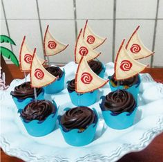 Wrapper para mini cupcake com topper vela do barco tema Moana Moana Party, Moana Themed Party, Moana Birthday Party, Luau Birthday, Luau Party, 4th Birthday Parties, Birthday Ideas, Birthday Cake, Moana Disney