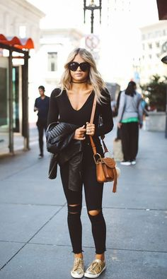 You can simply not go wrong in an all black outfit. Pair black jeans with sneakers and a plunge neck top to get Cara Loren's casual but effective street style. Black Tees, Look Fashion, Winter Fashion, Fashion Outfits, Womens Fashion, Fashion Weeks, Milan Fashion, Sneakers Fashion, Fashion Tips