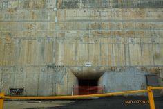 Aquí ya bajamos del bus. Este es uno de los túneles por donde pasa el agua o mas o menos.