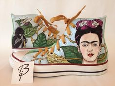 Frida tenis Painted Vans, Painted Sneakers, Painted Shoes, Arte Black, All Star, Decorated Shoes, Painted Clothes, Frida Kahlo Party Decoration, Colorful Shoes