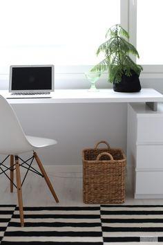 Meillä on työhuone, jota ei juurikaan käytetä. En malta vetäytyä yksin omaan tilaani bloggaillessani, vaan valloitan useimmiten keittiön pöydän. Sama paikka toimii etätöissä parhaiten, varsinkin silloin kun töitä tekee yksin … Home Office Design, Home Office Decor, Desk Inspo, Inside A House, Study Rooms, Home Office Organization, Minimalist Home, Sweet Home, Room Decor