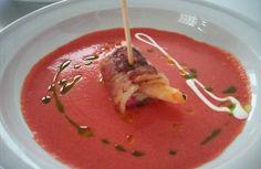 Gazpacho de remolacha con pincho de bacon y langostino.