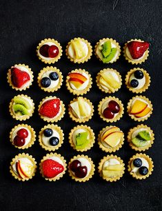 24 Mini Tartaletas de frutas frescas More (mini fruit tarts wedding) Mini Tartlets, Fruit Tartlets, Mini Fruit Tarts, Buffet Dessert, Party Buffet, Pastry Recipes, Tart Recipes, Cooking Recipes, Wedding Desserts