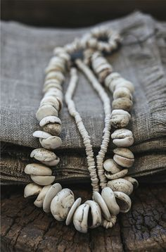 grey linnen with shell necklaces Shell Jewelry, Shell Necklaces, Wabi Sabi, Do It Yourself Fashion, Clean Gold Jewelry, Look Boho, Ethnic Jewelry, Jewellery, Mode Style