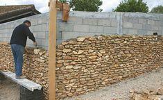 Au fur et à mesure de l'élévation du mur, le cordeau est monté pour contrôler l'alignement des pierres. Pour respecter une certaine harmonie et un alignement des pierres, le     mur  contigu est monté en même temps ou presque.Le mortier de scellement est déposé en couche épaisse pour noyer les pierres mais en retrait pour faciliter l'    accrochage  du mortier de jointoyage.