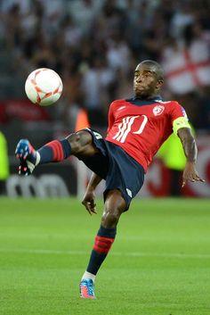 Rio Mavuba s'applique lors du match LOSC - OL comptant pour la 6ème journée de Ligue 1