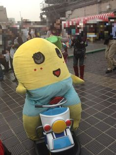 Funassyi is a little bit too big for the bike, it doesn't stop it though! Nice attitude!