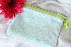 Porte-monnaie en tissu vert avec intérieur en feutrine, et fermeture éclair verte