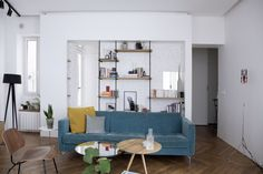 Une bibliothèque graphique Bibliotheque Design, Small Apartment Kitchen, Library Design, Boconcept, Raw Wood, Marie Claire, Small Apartments, Shelves, Couch