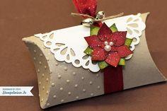 Weihnachtliche Pillow Box Stempelwiese • Hach, ich komme eigentlich grad nicht zum werkeln. Bis jetzt habe ich noch immer zu tun mit dem Zuschneiden der Bänder und Papier, zwischendurch muss ich n