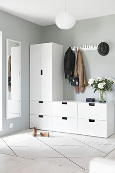 Light-filled entryway with Ikea 'Stuva' storage system Entryway for drop-off ähnliche tolle Projekte Small Apartment Decorating, Hallway Decorating, Apartment Ideas, Decorating Ideas, Room Interior, Interior Design Living Room, Interior Livingroom, Entrada Ikea, Nordli Ikea