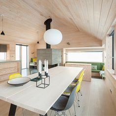 The linear geometry and unadorned decoration keep the focus on the Norwegian sky and snow. Cabins In The Woods, House In The Woods, Long House, Southern House Plans, Living Comedor, Getaway Cabins, Minimal Decor, Cabin Interiors, House Layouts
