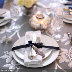 Auch ohne Grün und Rot weihnachtlich: Diese festliche Tischdeko mit Tischläufer und Kristallgläsern wirkt elegant und gemütlich.