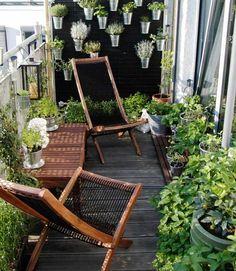 potager balcon, mur végétal artisanal, herbes aromatiques en pots métalliques et sol en bois composite