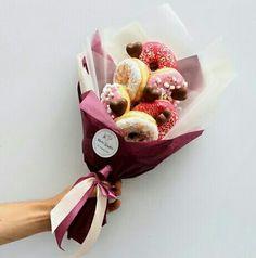 Ramos de chuches Blue Flowers Bouquet, Chocolate Flowers Bouquet, Food Bouquet, Gift Bouquet, Beautiful Bouquet Of Flowers, Candy Bouquet, Donut Gifts, Food Gifts, Donut Bar