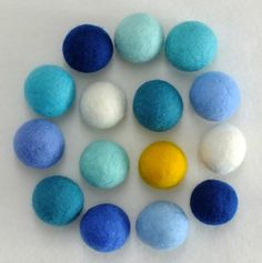 Wet felted beads Wet Felting Projects, Felting Tutorials, Free Tutorials, Felt Embroidery, Simple Embroidery, Wire Crafts, Felt Crafts, Needle Felted, Felt Patterns