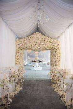 Beautiful all white wedding decor. Great Gatsby Wedding, Perfect Wedding, Dream Wedding, Wedding Day, Luxury Wedding, Glamorous Wedding, Wedding Bride, Wedding Simple, Wedding Scene