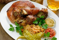 Ropogósra sült sertéscsülök, ami leesik a csontról: sok fokhagymával az igazi - Recept | Femina Chicken Wings, Bacon, Turkey, Meat, Recipes, Food, Turkey Country, Essen, Eten