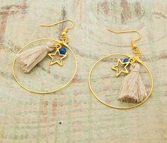 Ce kit comprend  - 2 anneaux créoles dorés - 2 breloques étoiles - 2 pompons - 2 perles de jade - 2 tiges  -2 attaches boucles d 'oreilles - anneaux de jonctions   Il - 7842230 Diy Earrings, Bohemian, Bracelets, Etsy, Inspiration, Jewelry, Fashion, Pom Poms, Star Earrings