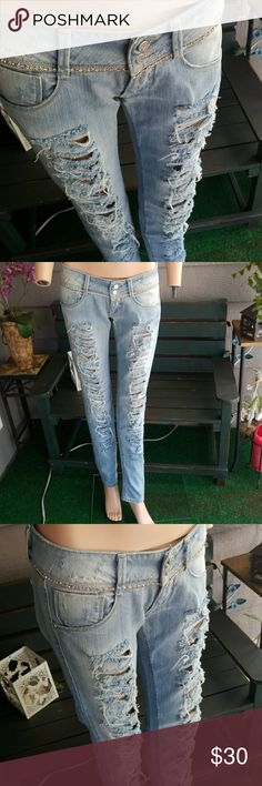 "MET DISTRESSED SKINNY JEAN SZ: 28 Waist: 28"" Rise: 7""  Inseam: 32""  98% COTTON 2% ELASTAN  Made in Italy  Like new condition MET JEANS Jeans Skinny"