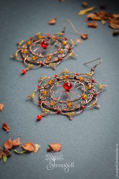 Wire wrap earrings / Серьги `Два Солнца`, коралл, хрусталь, чешские бусины и…