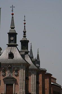 Madrid de los Austrias - Chapiteles de la Casa de la Villa en la Calle Mayor de Madrid.