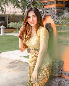 Beautiful Vietnamese Women, Beautiful Asian Women, Traditional Fashion, Traditional Dresses, Bali Girls, Myanmar Dress Design, Myanmar Women, Attractive Girls, Beautiful Girl Photo