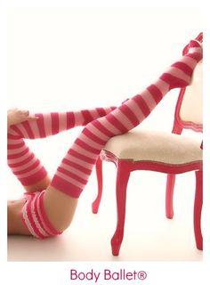 El pelo recogido en un moño y zapatillas de media punta, o calcetines, por lo demás, como más cómodas se sientan, mejor!