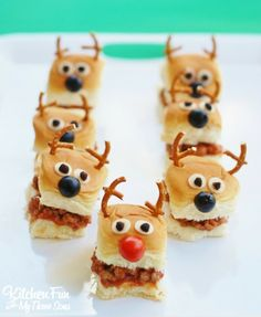 Christmas Party Idea - Reindeer Sloppy Joe Sliders with King's Hawaiian Bread - Best finger food list Christmas Party Food, Xmas Food, Christmas Appetizers, Christmas Treats, Christmas Sandwiches, Christmas Tables, Easy Party Food, Party Snacks, Appetizers For Party