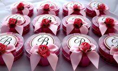 """Delicadas """"latinhas"""" acrílicas recheadas com confeitos cor de rosa, aplique em scrap , fita de gorgorão e laço de cetim com acabamento de mini-rosa em papel. <br>Com Strass <br>*O recheio pode ser modificado, a combinar."""