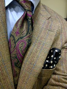 Great play of pattern & color. A perfect look for fall pairing a Harris tweed jacket with a paisley tie and polka dot pocket square. Sharp Dressed Man, Well Dressed Men, Mens Attire, Mens Suits, Costume Prince, Traje Casual, Mode Man, Brown Suits, Paisley Tie