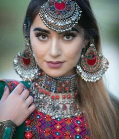 Uploaded by ℓα∂кι вєαυтιfυℓℓ. Find images and videos on We Heart It - the app to get lost in what you love. Antique Jewellery Designs, Fancy Jewellery, Stylish Jewelry, Fashion Jewelry, Indian Jewelry Earrings, Jewelry Design Earrings, Afghani Clothes, Afghan Girl, Earrings