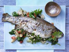 Gefüllte Lachsforelle - auf Blattspinat - smarter - Kalorien: 318 Kcal - Zeit: 35 Min.   eatsmarter.de