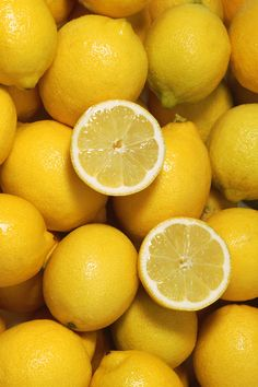 8 Best Foods for Gorgeous Skin Lemon juice helps remove fat-sol. - 8 Best Foods for Gorgeous Skin Lemon juice helps remove fat-soluble toxins and old - Aesthetic Colors, Aesthetic Pictures, Aesthetic Yellow, Aesthetic Objects, Aesthetic Art, Foto Still, Art Texture, Fruit Photography, Vegetables Photography