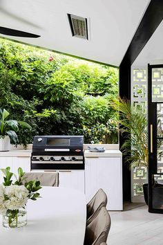 Monochrome outdoor dining area with built-in bbq. Peeling Wallpaper, Maximalist Interior, California Bungalow, Built In Bbq, Melbourne House, Luxury Pools, Australian Homes, Scandi Style, Outdoor Dining
