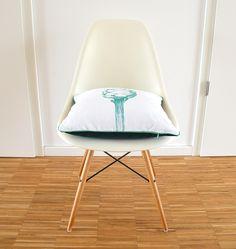 Dieses dekorative Kissen-Unikat schmückt jeden Stuhl und jedes Sofa!  Die Vorderseite ist mit meinem Artischockenmotiv im Handsiebdruckverfahren bedruckt. Are You Happy, Design Inspiration, Chair, Interior, Furniture, Home Decor, Screen Printing Process, Decorative Throw Pillows, Linen Fabric