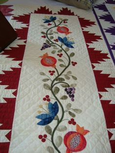Some lovely patterns here for table runners Wool Applique Patterns, Applique Quilts, Applique Designs, Embroidery Patterns, Quilt Patterns, Patchwork Table Runner, Table Runner Pattern, Quilted Table Runners, Quilting Projects