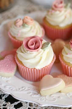 Absolutely perfect for Valentine's Day. #cupcakes #hearts #pink_desserts