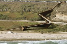 trestles footbridge by dan brill architects. The bridge introduces a dynamic and sculptural counterpoint to the existing landscape and incorporates a lifeguard tower, toilets, outside showers, drinking fountains, and a kiosk.